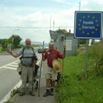 Die Wanderer vorm Grenzübergang Guglwald  (der Rucksack wurde nicht getragen, sondern gezogen)