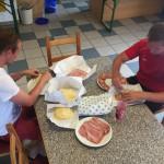 02 jeder Tag beginnt mit einem Frühstück, das gemeinsam vorbereitet wurde