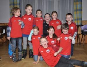 14 unsere Bambinis mit ihrer Trainerin Silvia und den neuen Shirts
