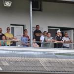 12 gespannte Blicke vom Balkon...